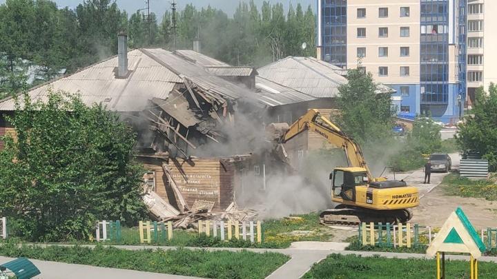 В Академгородке сломали ветхий дом на Океанской — очевидцы сняли снос на видео