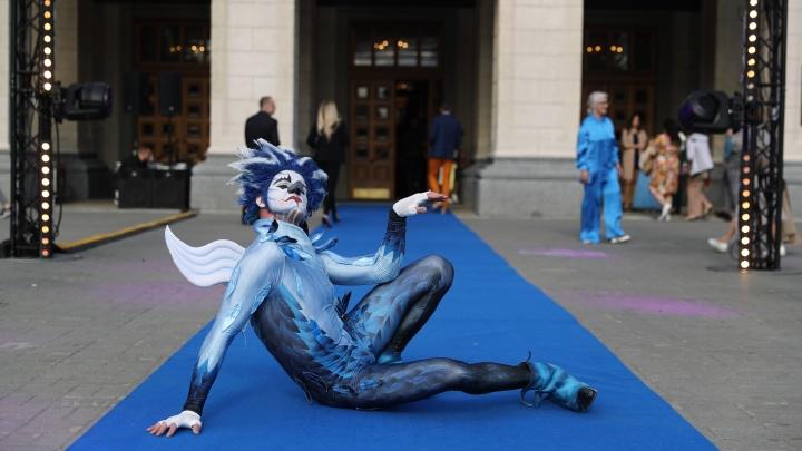 На сцену НОВАТа вышел мим Цирка дю Солей — что он показал во время «Народной премии НГС»
