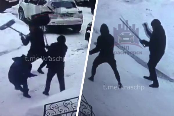 Мужчина выхватил лопаты у дворников и начал их бить