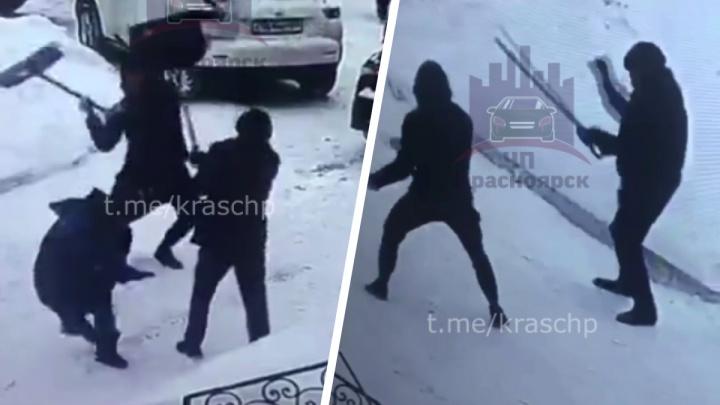 В центре Красноярска водитель отлупил дворников их лопатой