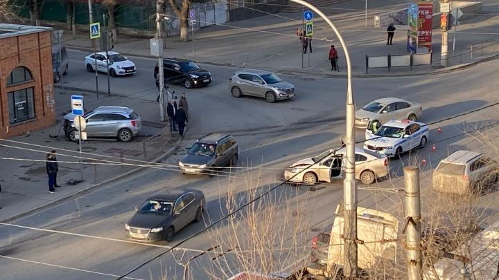 Отлетела прямо в магазин: в Волгограде у ТЮЗа произошла крупная авария