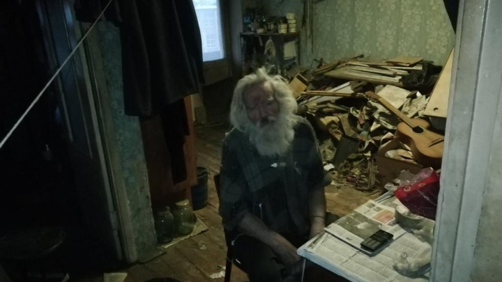 Челябинка спасла слепого деда, брошенного внуком в «убитой» квартире. Вы не узнаете старика до и после