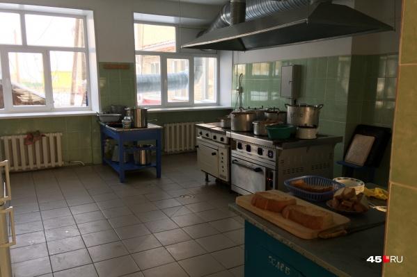 Власти Кургана обдумывают возможность установки камер в зоне приготовления пищи в школьных столовых