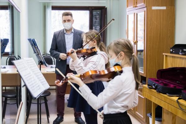 В Сургутский район пытаются привлечь педагогов в школы искусств