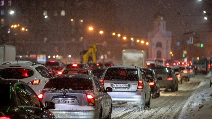 Мэр Новосибирска заявил о слишком большом количестве машин в городе (за шесть лет их стало больше на треть)