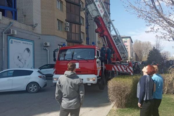 Жителей многоэтажки эвакуировали с помощью автолестницы