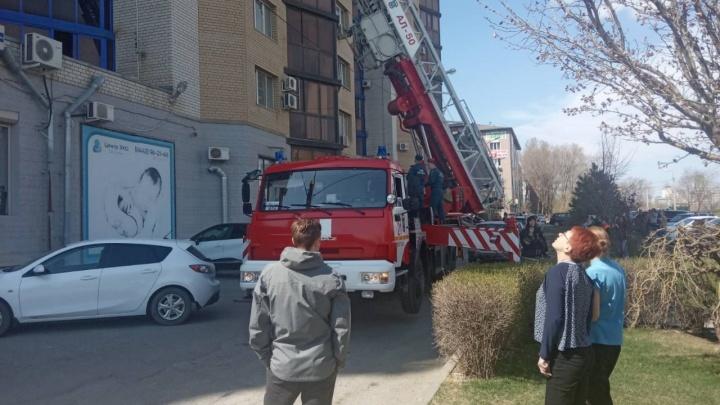 Эвакуированы десятки человек: на западе Волгограда загорелась квартира на 12-м этаже