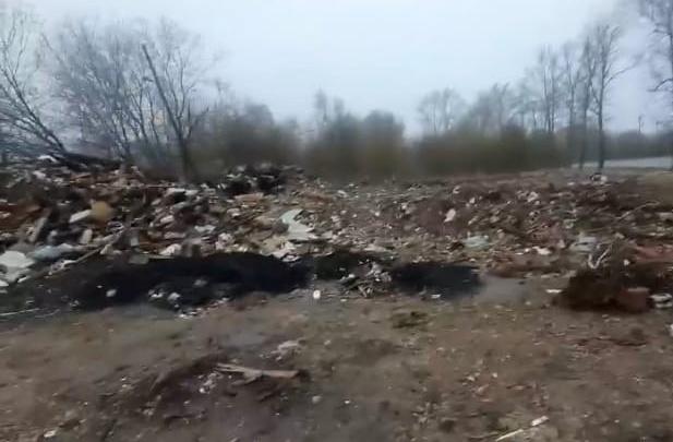 «Уже три месяца такой бардак»: ярославцы пожаловались на гигантскую свалку на Тормозном шоссе
