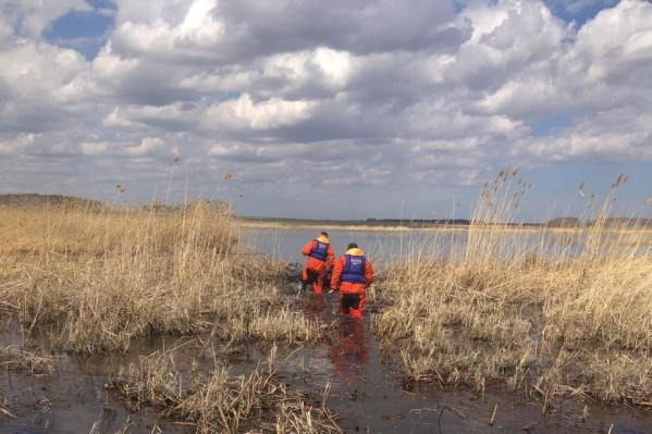 """Сейчас спасатели продолжают поиски <nobr class=""""_"""">53-летнего</nobr> рыбака, пропавшего на одном из водоемов в Брединском районе. Он уплыл ставить сети и не вернулся, а напарник нашел его перевернутую лодку"""