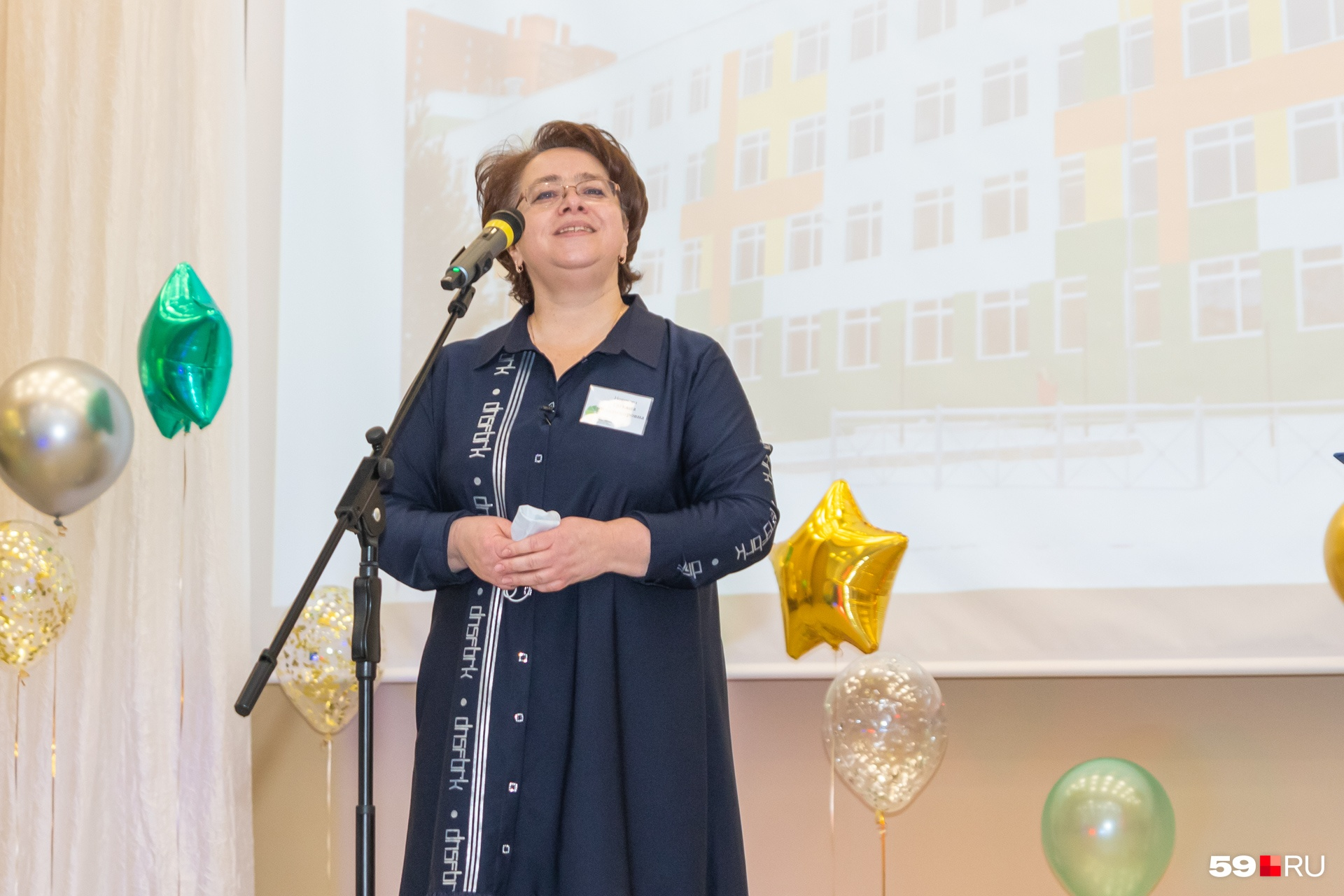Выпускница и директор школы Татьяна Новикова выступила с приветственной речью