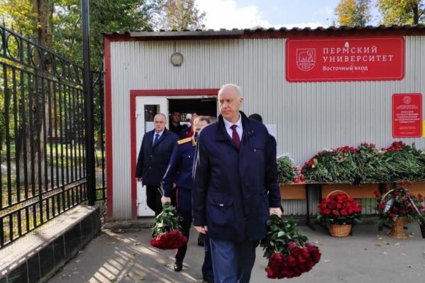 Александр Бастрыкин прибыл в Пермь 22 сентября и посетил кампус ПГНИУ, возложив цветы к мемориалу в память о жертвах трагедии