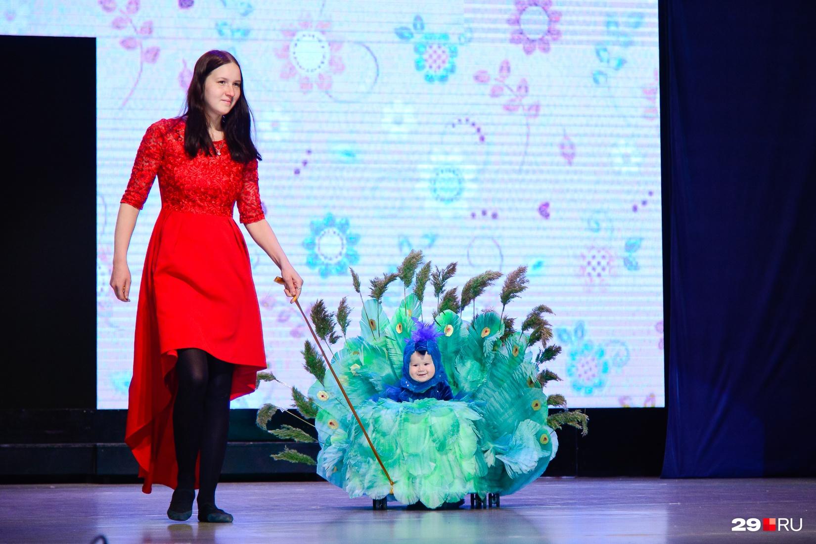 Пожалуй, это самый милый костюм на конкурсе. Невозможно не улыбнуться в ответ такому павлину