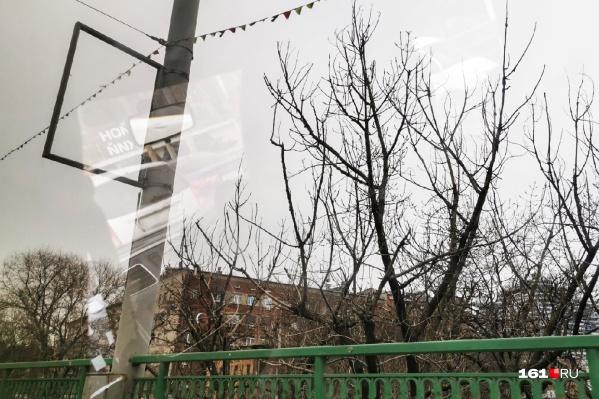 Незаконную рекламу начали демонтировать на мосту проспекта Стачки