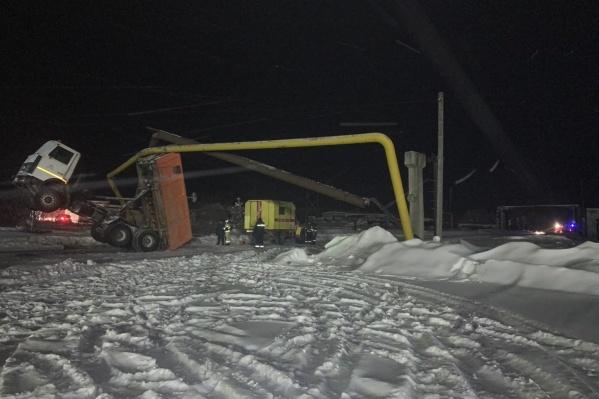 Самосвал с поднятым кузовом повредил газопровод