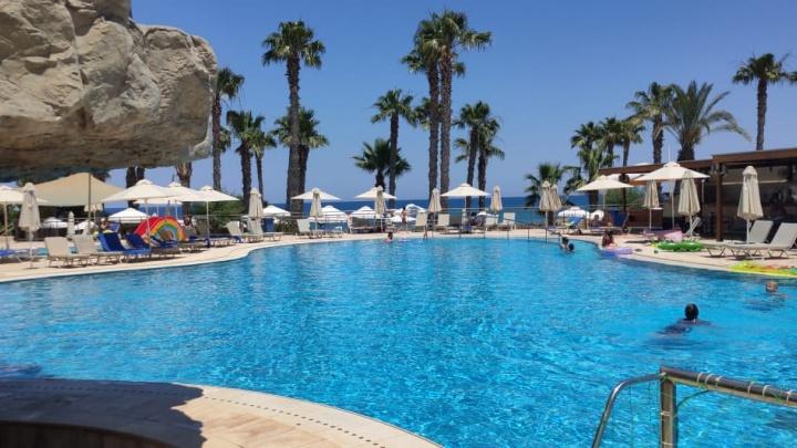 «Никакого Кипра, копите на Крым и Сочи»: волгоградцев оставили без теплых пляжей Средиземного моря