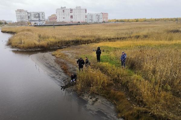 Тело нашли у водоема, но предполагается, что погибший не утонул. Ему просто стало плохо