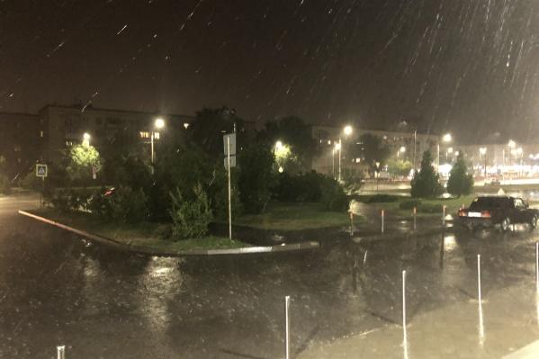 Дождь, обрушившийся на Волгоград, можно было сравнить с тропическим ливнем
