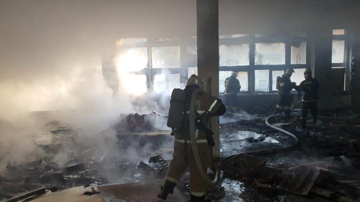 «Дым и много пожарных машин»: в Волгограде загорелся легкоатлетический манеж академии физической культуры