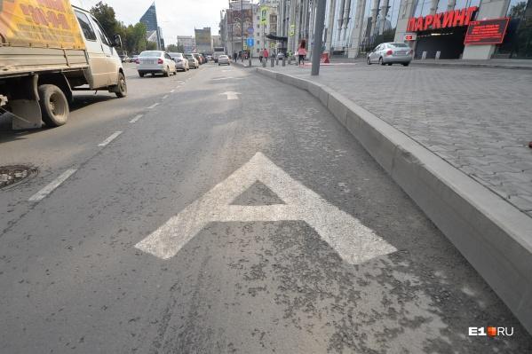 Выделенная линия в узком месте на улице 8 Марта у «Гринвича» позволяет автобусам проезжать мимо пробок
