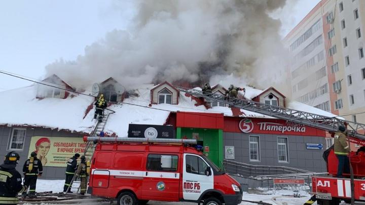 В Стерлитамаке загорелось здание ночного клуба, очевидцы сняли пожар на видео