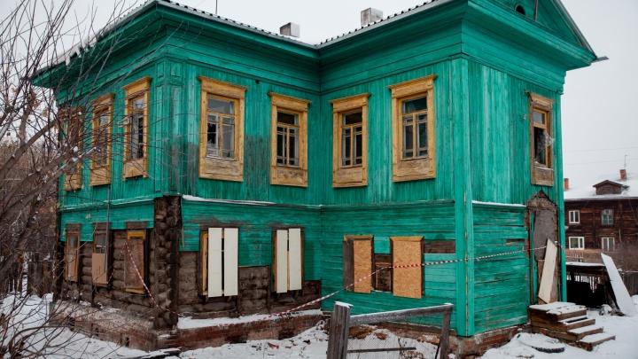 В Тюмени сносят столетний бирюзовый дом. Городские власти несчитают его памятником архитектуры