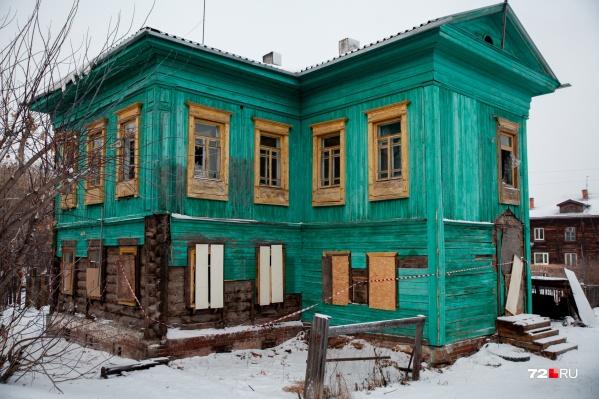 Этот яркий дом стоит на левом берегу Туры больше ста лет