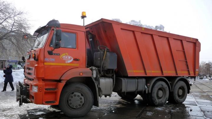 Мэрия Омска планирует нанять 60самосвалов длявывоза снега