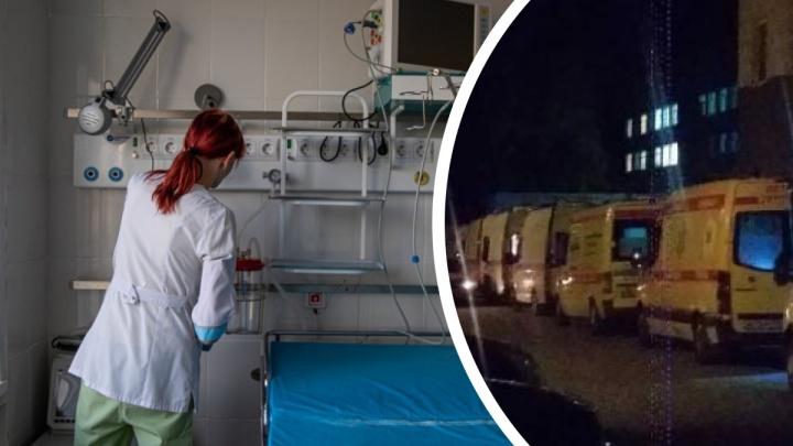 В Новосибирске ночью возле больницы выстроилась очередь из скорых