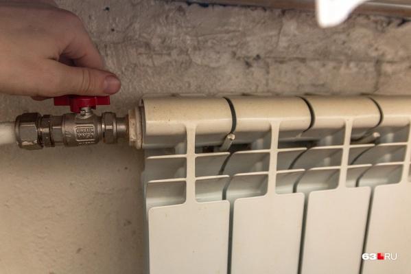 Многие горожане самостоятельно перекрыли подачу тепла в батареи с наступлением тепла