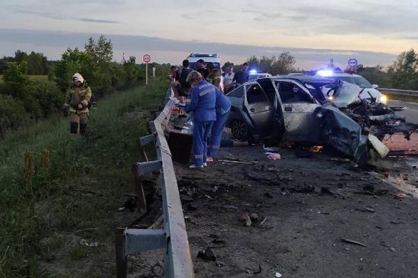 На месте происшествия работали спасатели