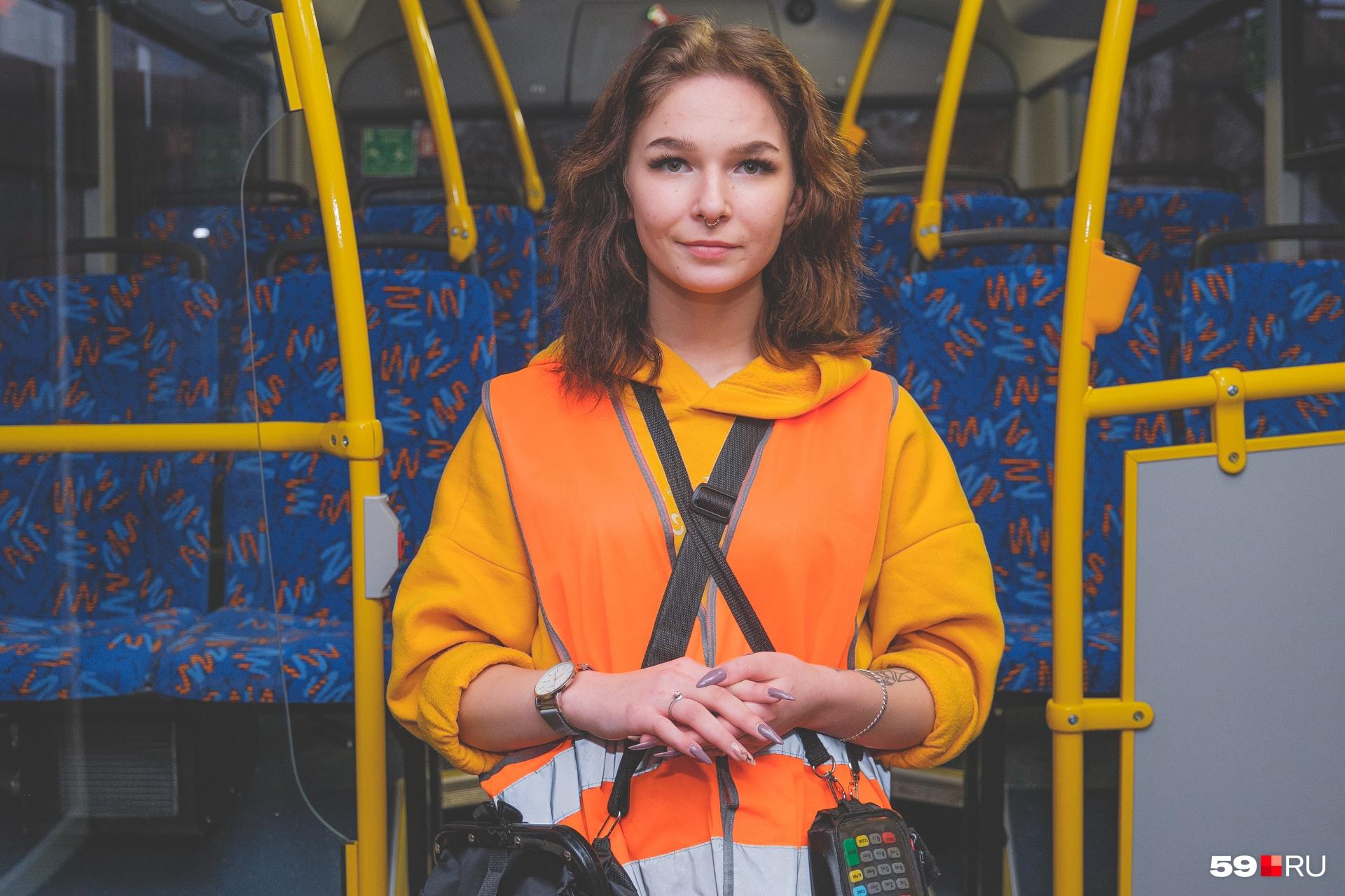Девушка работает шесть дней в неделю по 12 часов и при этом ежедневно публикует по 5–10 видео (не только с работы)