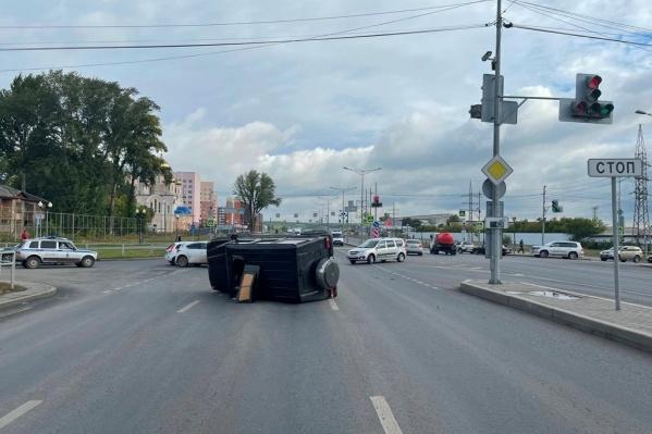 Перевернутое авто перекрыло целую полосу