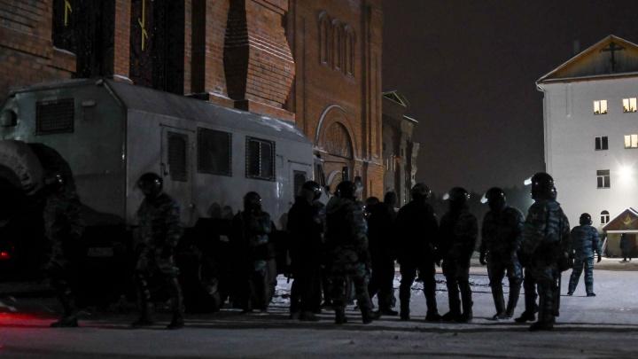 «Захватывают вооруженные люди»: в Среднеуральский монастырь посреди ночи нагрянул ОМОН