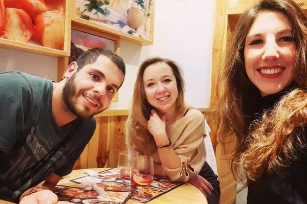 Анастасия (в центре) и ее испанские друзья