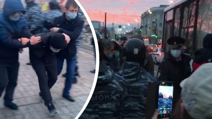 «Я не сопротивляюсь!»: в центре Ярославля ОМОН массово крутит участников запретной акции за Навального
