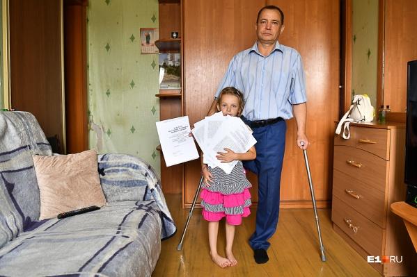 Андрей один воспитывает шестилетнюю дочь. Семья живет в квартире, которую уже продали на торгах
