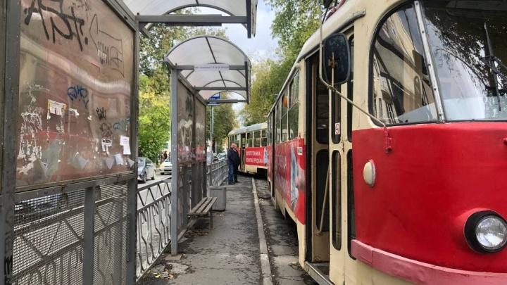 «Дело не в старости вагона, а в нехватке времени»: водитель — о заносе трамвая на Ленина из-за поломки колеса
