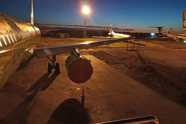 Самолет авиакомпании S7 снес мачту освещения на заборе в Толмачево
