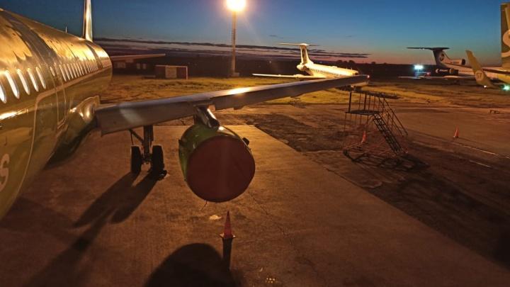 Самолет с пассажирами врезался в мачту освещения в новосибирском аэропорту