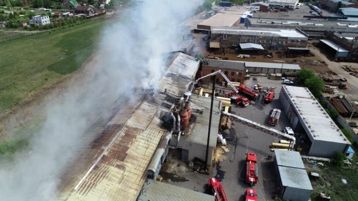 В Старом Кировске 85 пожарных тушат склад с пиломатериалами