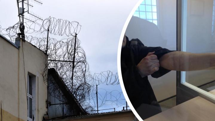 «Били новичков, заставляли лезть рукой в унитаз». Заключенные рассказали о пытках в каменской ИК