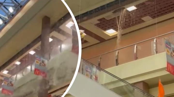 В ТЦ «Карнавал» ливень обрушил потолок: на посетителей хлынули потоки воды. Видео