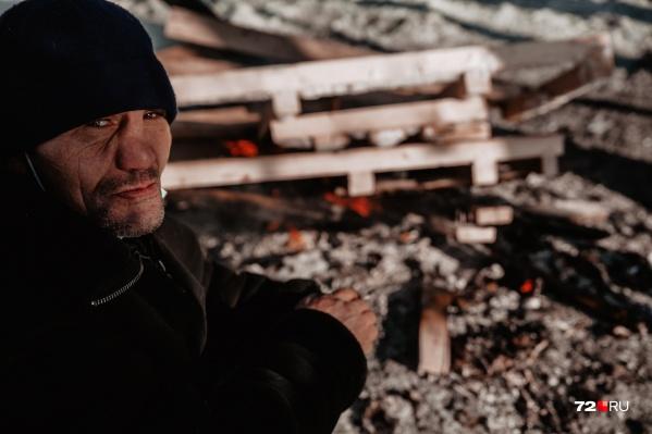 В мороз бездомные разводят костер и все вместе греются у огня. Говорят, что ненавидят холода — летом выживать намного легче