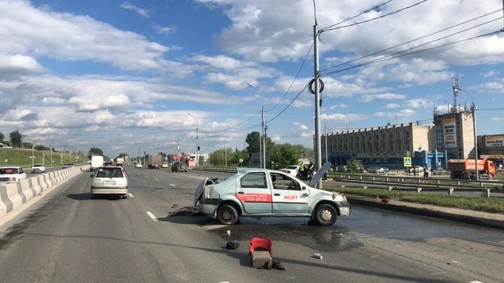 После аварии у Бугринского моста автомобиль перевернулся на крышу — видео с места ДТП