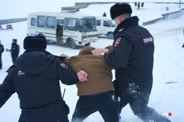 В конце акции на набережной Архангельска полиция задержала четырех участников