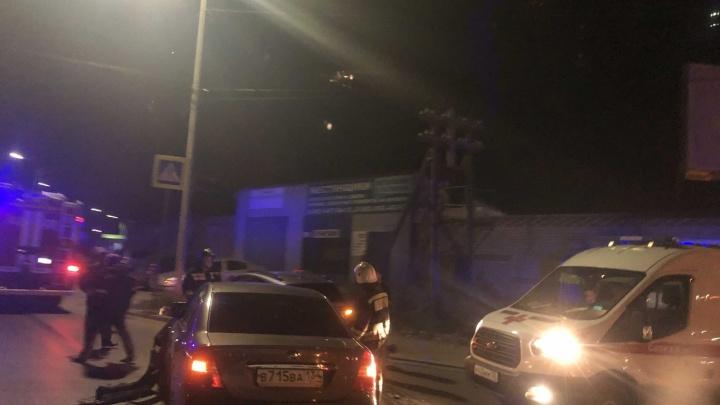 Две иномарки, одна в столбе: в Ворошиловском районе Волгограда столкнулись легковушки