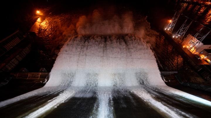 Ночной водосброс на ГЭС с необычного ракурса. 11 эффектных фото