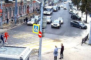 На время работ движение на Комсомольской ограничили и убрали отсюда остановку транспорта