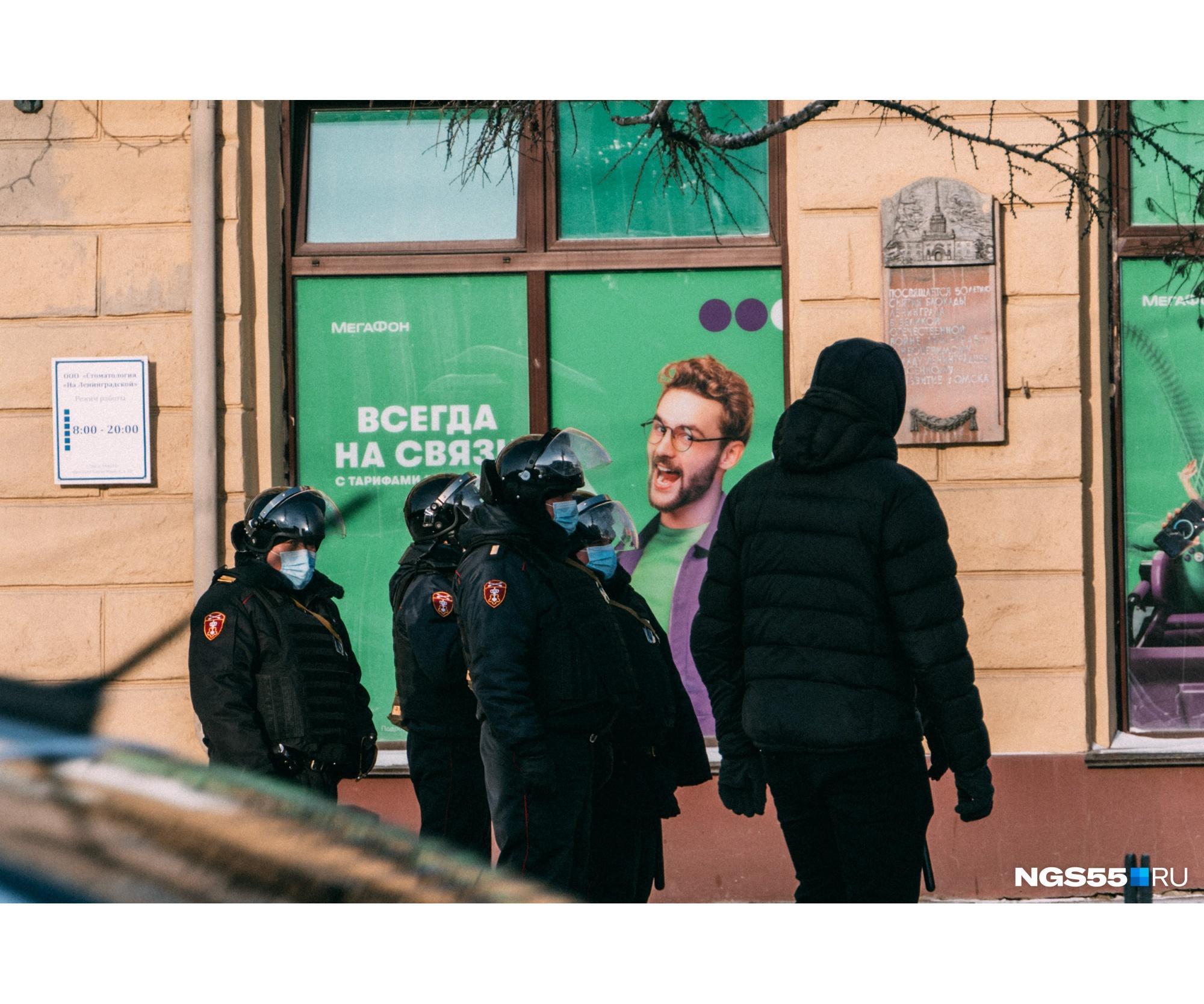 Позже полицейские прошлись цепью по площади и разогнали оставшихся. На этом митинг в Омске закончился. Часть задержанных до сих пор дожидается решения в отделениях полиции. В УМВД пока официальных комментариев не дают