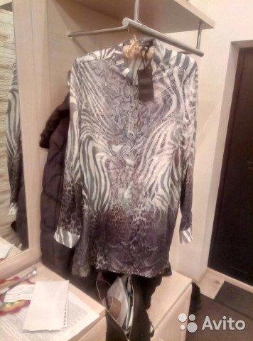 Блузку продают за 1850 рублей. Сейчас новые брендовые блузки Roberto Cavalli продаются на Farfetch по 43–64 тысячи рублей (и это со скидками)